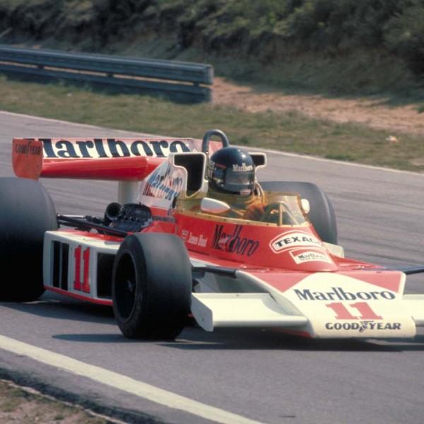 Hunt im McLaren M23 im Jahr 1976.