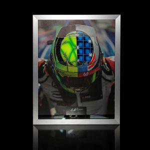 Immagine di Mick Schumacher con elmetto in carbonio dipinto a mano 2017