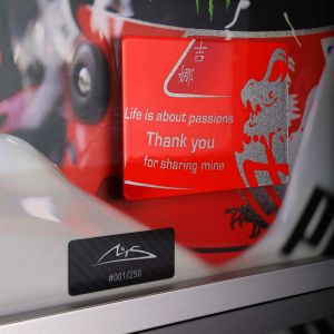 Foto di Michael Schumacher con lastra di carbonio dipinta a mano citazione Casco finale 2012